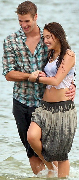 Liam Hemsworth y Miley Cyrus en la playa