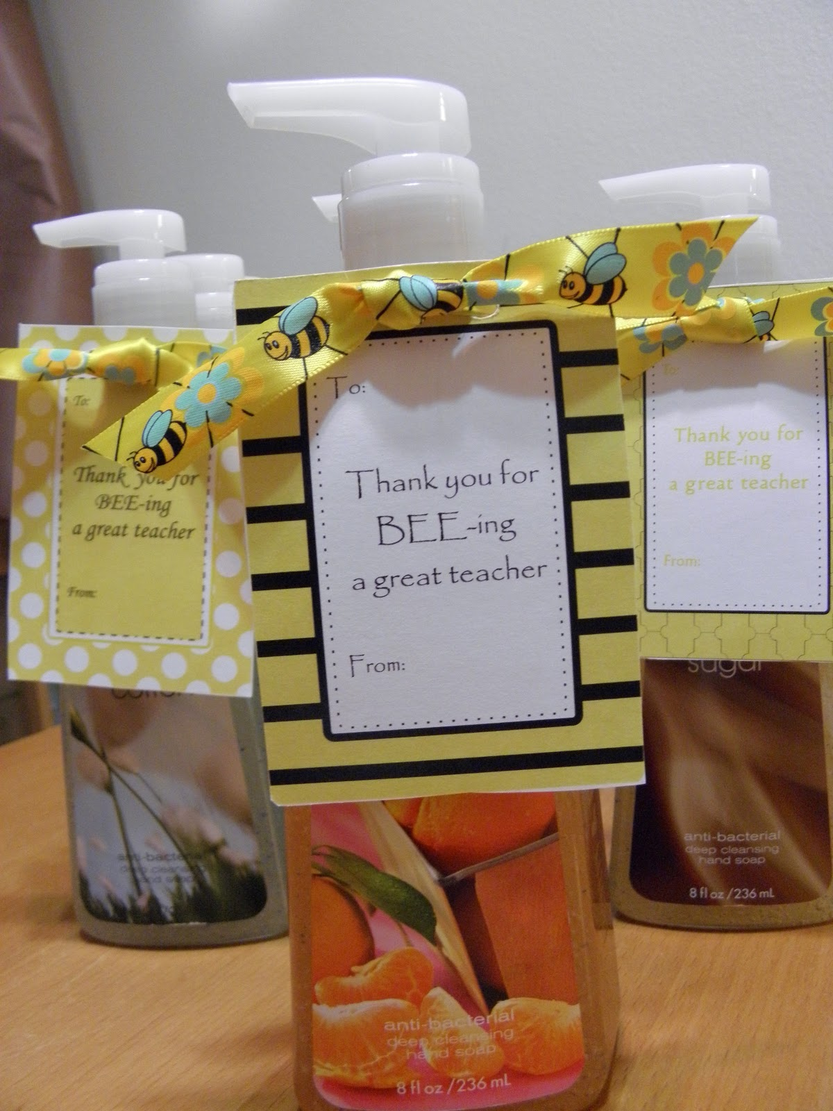 Lollipops & Paper: Bee themed teacher gift tags - FREE ...