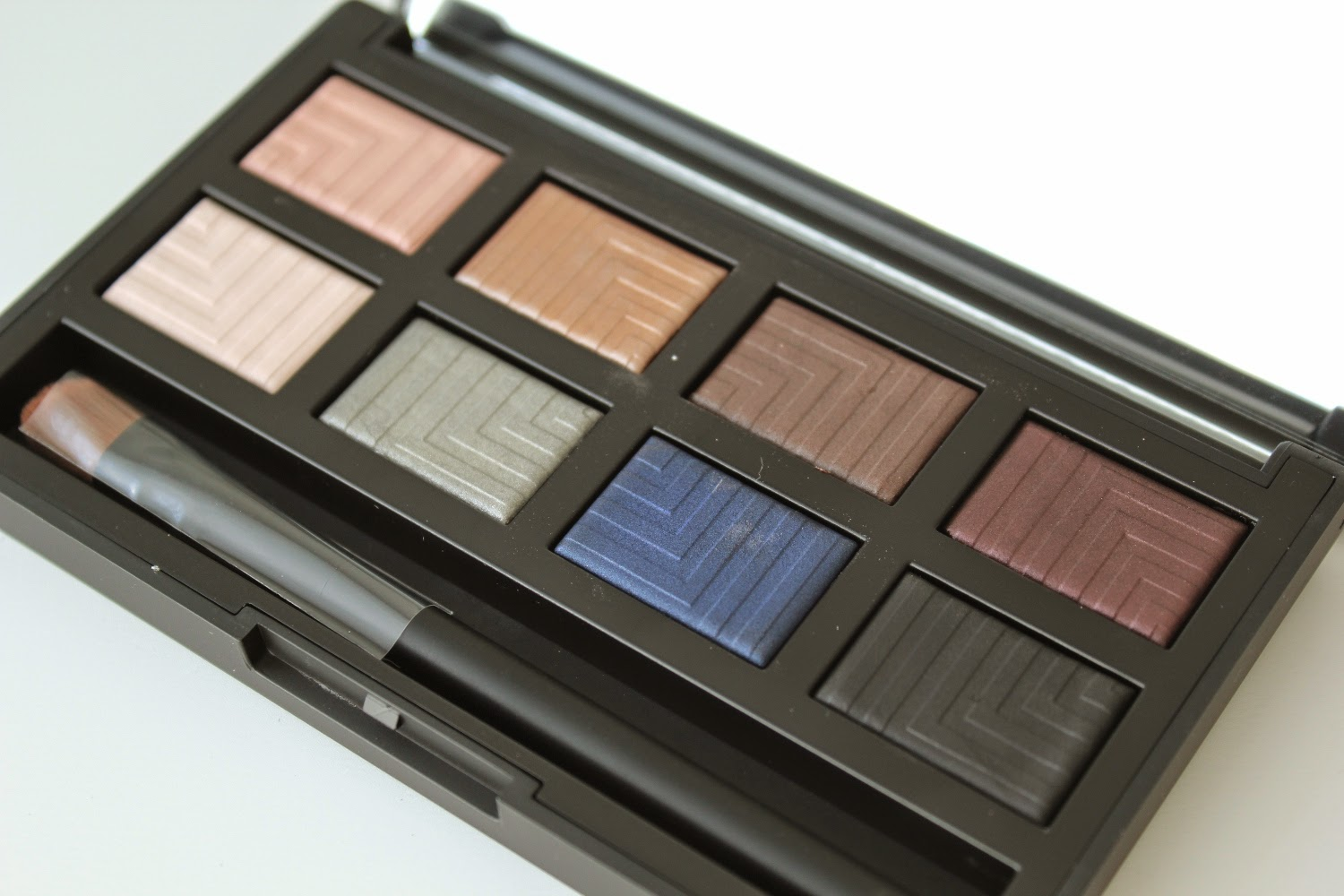 http://chroniquedunemakeupaddict.blogspot.com/2015/02/makeup-avec-la-palette-dual-intensity.html