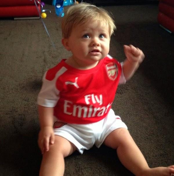Gambar bayi lucu pakai baju seragam sepak bola club arsenal
