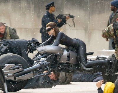 gatubela sobre una moto sexy en traje apretado