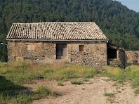 La façana nord de Les Berengueres amb una tina a la seva dreta