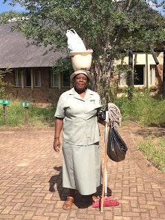 Maria geeft ons een ooggetuige verslag van wat zij heeft meegemaakt tijdens de overstromingen. Shingwedzi is volledig gesloten. Er is dramatisch veel vernield. Ze is blij, dat ze nu in Mopani kan werken. Ze is alles, maar dan ook alles, kwijtgeraakt door de ramp.