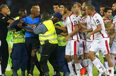 شاهد ماذا فعل لاعبوا تونس مع حكم لقاء الفضيحة