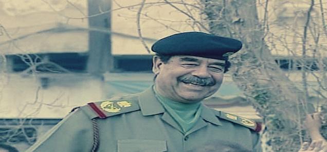 صورة نادرة لصدام حسين: « بيهزر مع واحدة بمسدس »