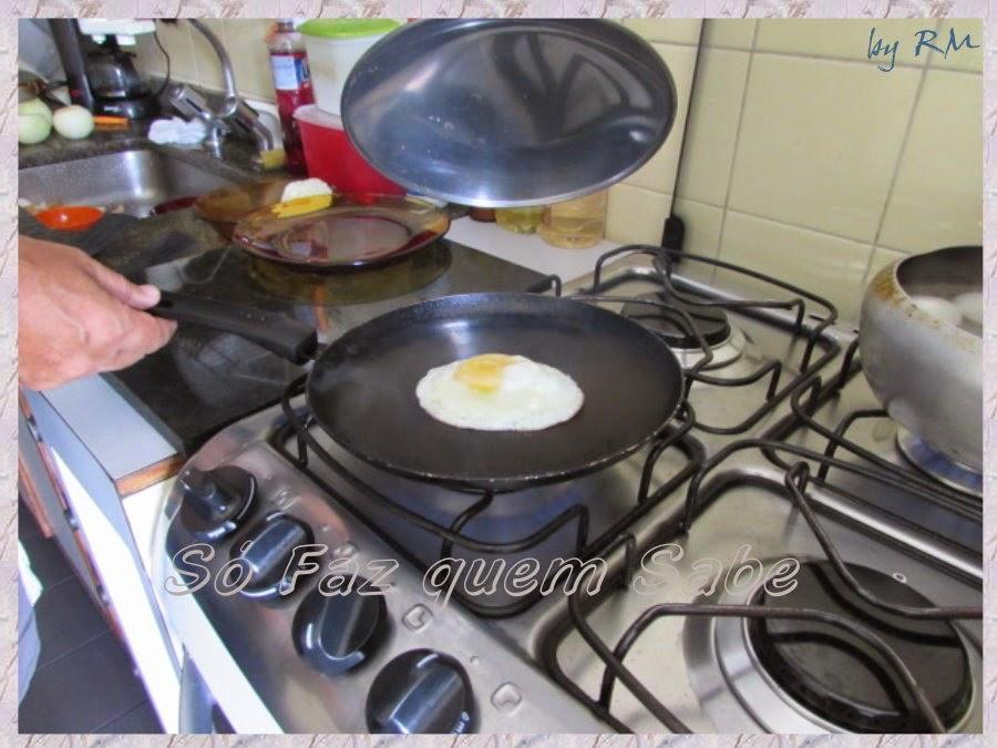 Levantar a tampa para monitorar a fritura do ovo