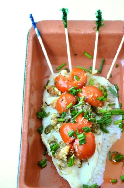 filetti di platessa con pomodorini pachino, capperi e erba cipollina