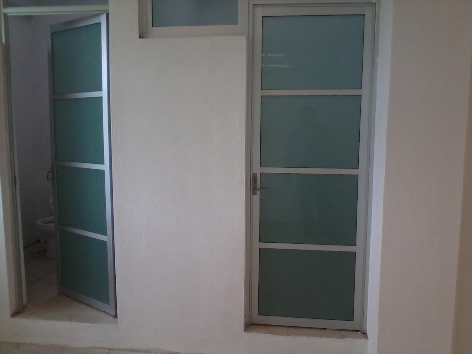 Puertas de aluminio blanco para ba o for Puertas interiores de aluminio y cristal