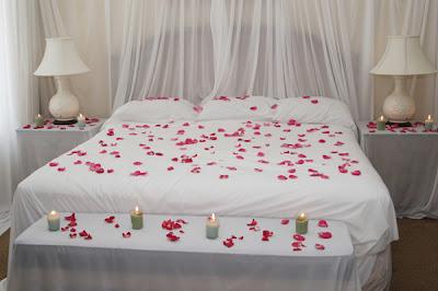 Cómo decorar una habitación para una noche romántica