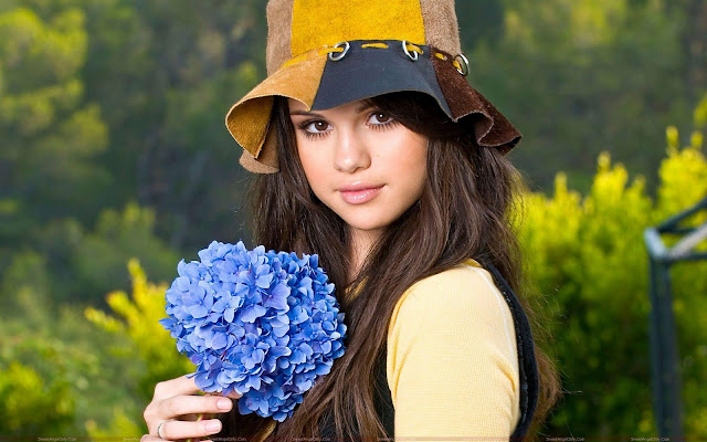 beautiful_selena_gomez_with_flower_sweetangelonly.com