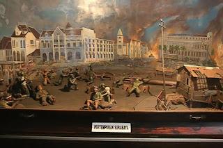 diorama yang menggambarkan pertempuran heroik di surabaya yang ...