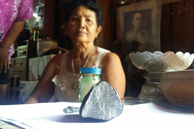 Meteorite smashes through house roof in Province of Phitsanulok Thailand: Rocks recovered