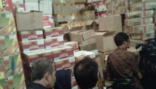 Petugas juga temukan 5 jenis makanan dan minuman yang kemasannya rusak serta makanan dan minuman kadaluwarsa sebanyak 21 jenis yang nilainya mencapai 11 juta rupiah