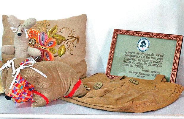 Porta-retratos, bolsas, almofadas e bonecos também são produzidos (Foto: Marina Silva/CORREIO)