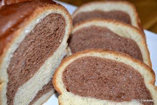 Biało-brązowy chlebek.