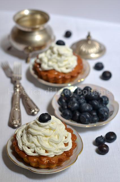 hiperica_lady_boheme_blog_di_cucina_ricette_gustose_facili_veloci_dolci_crostatine_piccole_con_panna_e_mirtilli_1