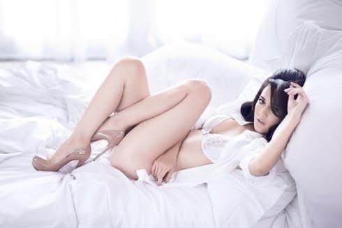 Foto Sexy & Hot Julie Estelle di Majalah Fashion TV