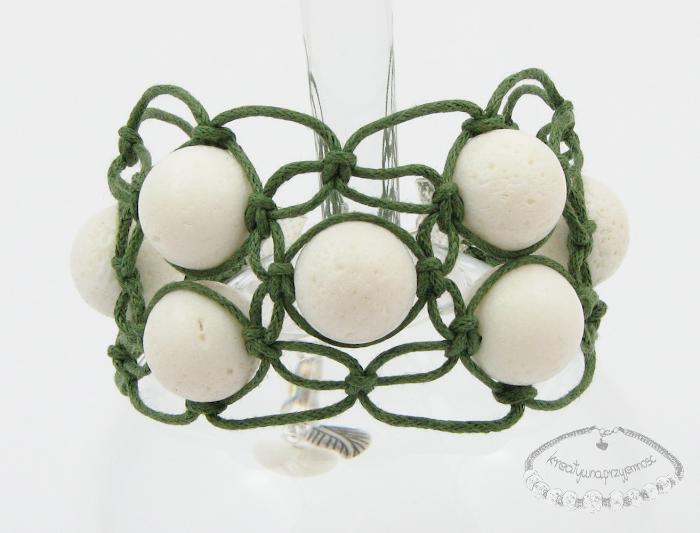 Makramowa bransoletka z koralem białym 1