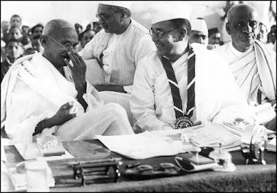 नेताजी सुभाष चन्द्र बोस, महात्मा गान्धी के साथ हरिपुरा कांग्रेस अधिवेशन में (सन् 1938) उन दोनों के बीच राजेन्द्र प्रसाद और नेताजी के वायें सरदार बल्लभ भाई पटेल भी दिख रहे हैं।