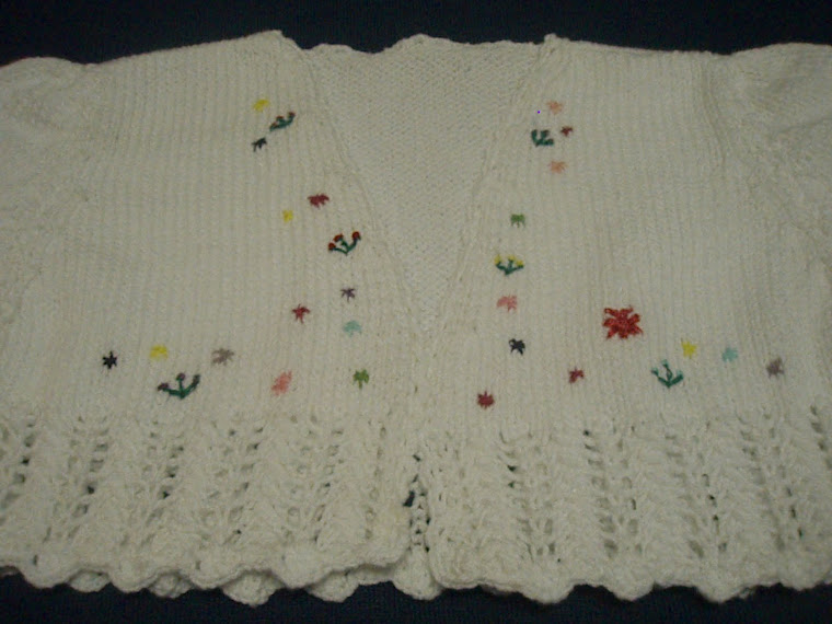 chaqueta blanca con motivos florales bordados, hecha en algodón y rematada en un punto calado con e