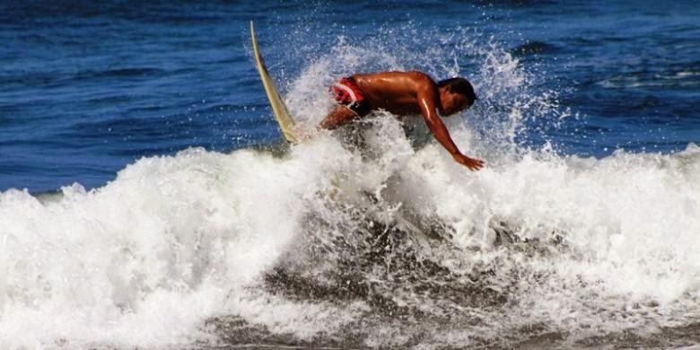 Sensasi surfing di pantai Grajagan, Banyuwangi, Jawa Timur.