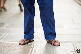 Homem usando sandálias de couro - Pés Masculinos