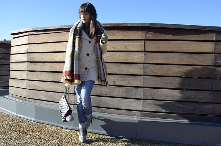 bufanda-manta-look-jeans-botines-flecos-outfit-blogger