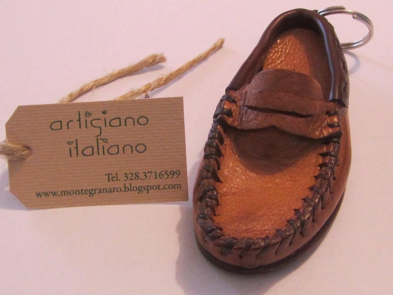 Artigiano che produce portachiavi a forma di scarpa