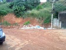 Isso é mesmo uma vergonha! A prefeitura limpa e os sem educação sujam
