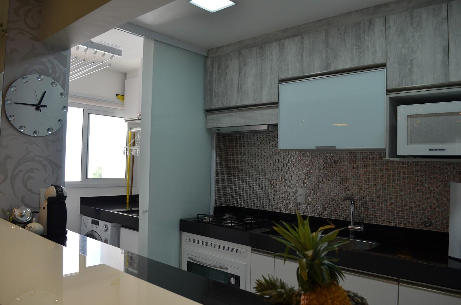 #594F44 16  Porta de correr de vidro jateado separando a cozinha da lavanderia  1600x1059 px Projetos De Cozinhas Pequenas Com Lavanderia #663 imagens