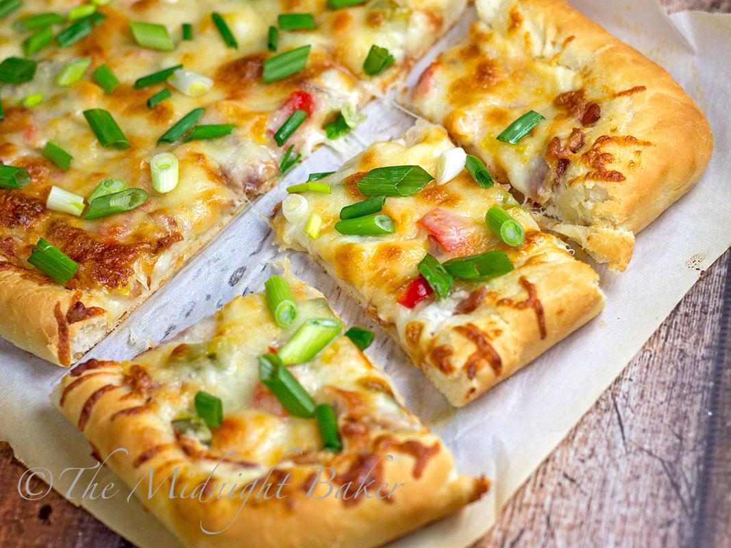 Cheesy Bacon Ranch Pizza | bakeatmidnite.com | #pizza #bacon #cheese #ranchflavor