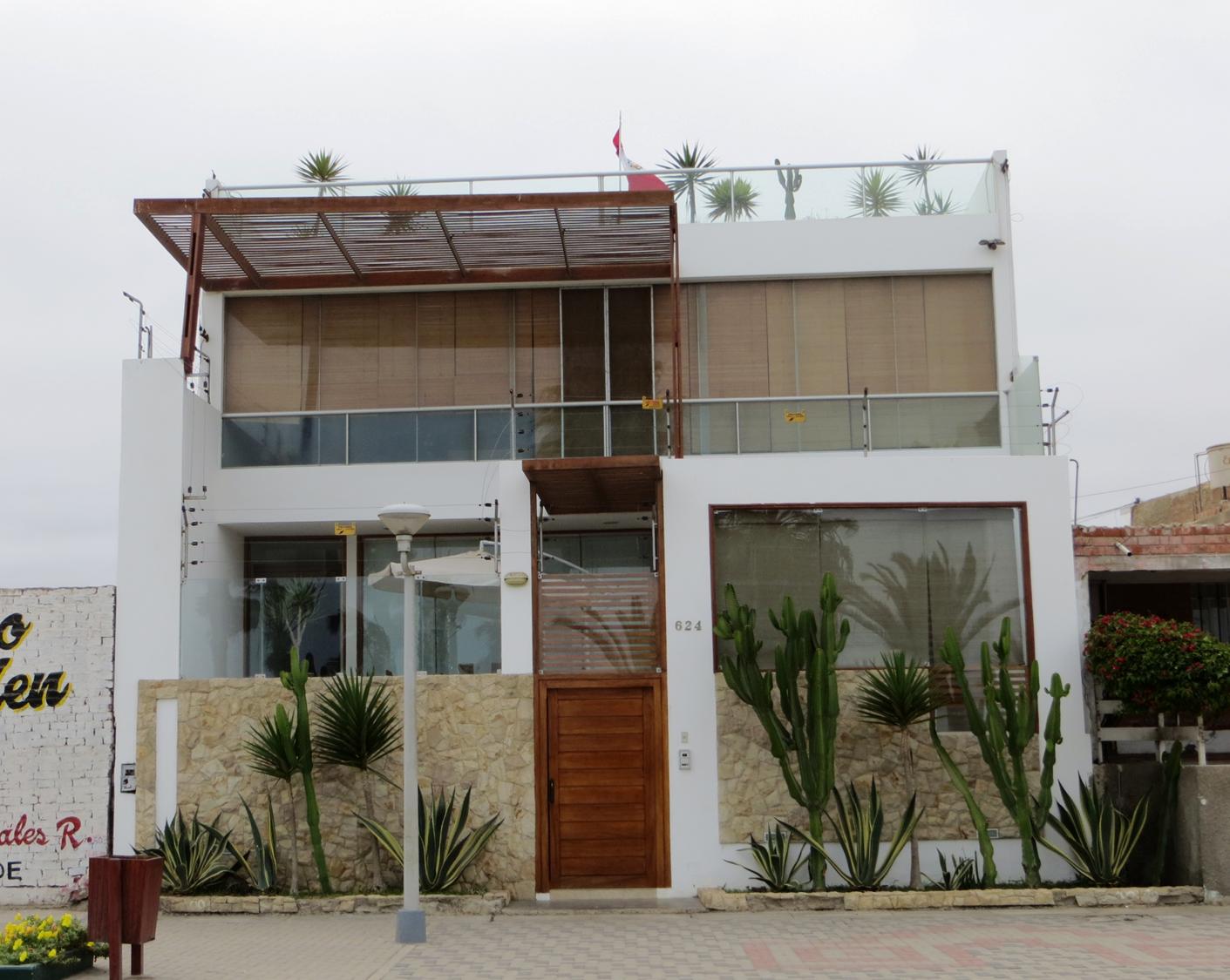 Fachadas de casas bonitas casa de tres pisos con jardin for Fachadas de casas de 3 pisos modernas