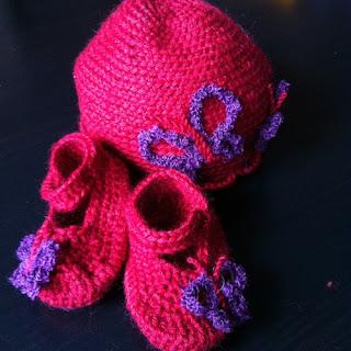 Zapatitos y Gorros de crochet para bebe son algunos de los productos que encontrareis en mi puesto de Orzán Revive
