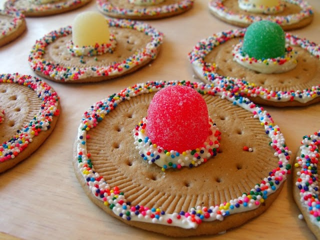 http://www.clevercraftycookinmama.com/2013/05/cinco-de-mayo-sombrero-cookies.html#.U2ZA1Vddb0o