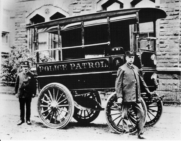 Первый полицейский автомобиль