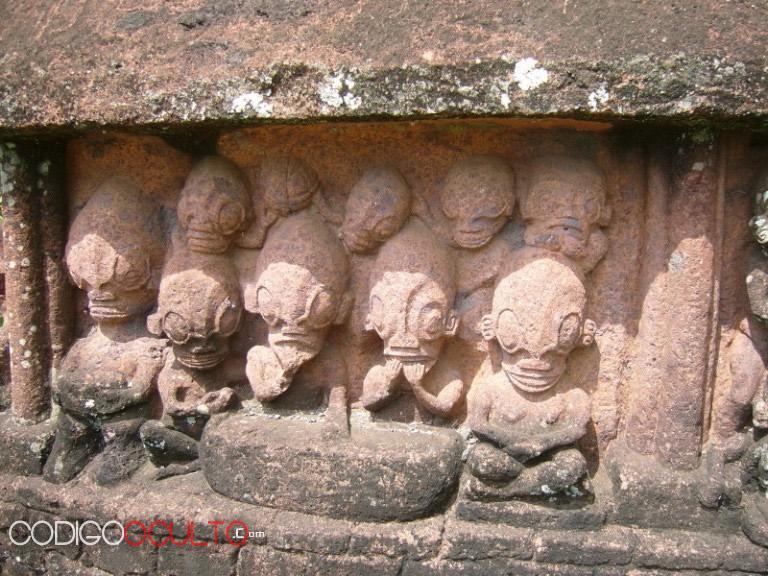 Otra de las misteriosas estatuas de Temehea Tohua. Esta parece representar a un grupo de seres extraterrestres grises. Coincidentemente en la mayoría de reportes ellos siempre andan en grupos, y además se cree que han sido creados genéticamente por los reptilianos.