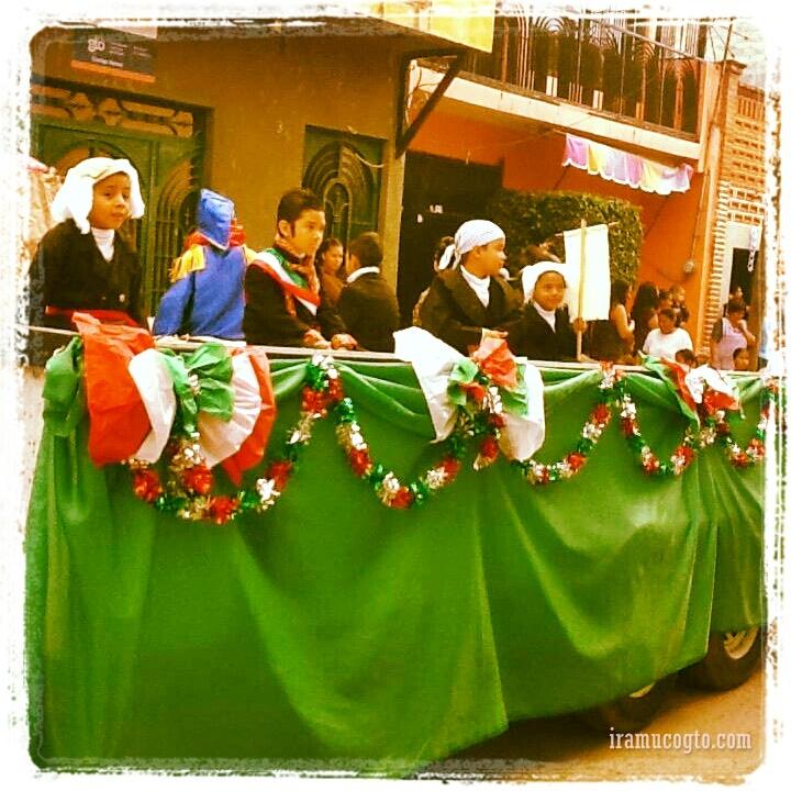 Ninos vestidos como nuestros heroes de la independencia en iramuco