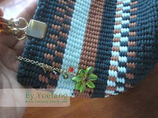 Green_handbag_with_beaded_flower_as_zipper_strap