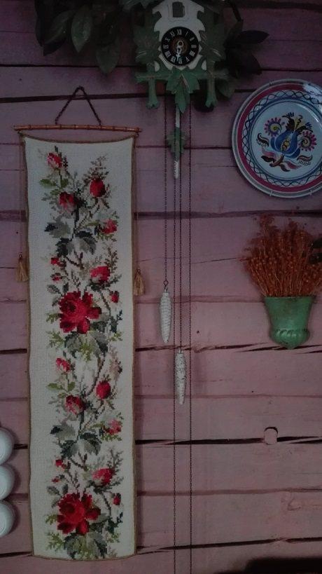 Ruokasalin seinällä on lumoavan kaunis ristipistotyö.