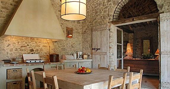 Estilo rustico muros de piedra for Piedra para muros interiores