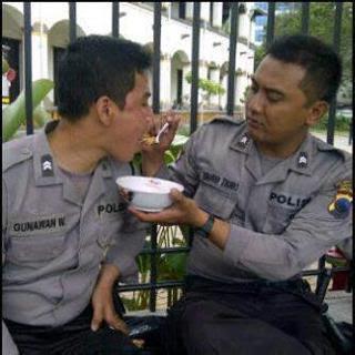 Foto Hot Polisi : Ketika Polisi Saling Menyuapi