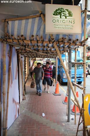 Pasillo para peatones bajo un andamiaje de bambú