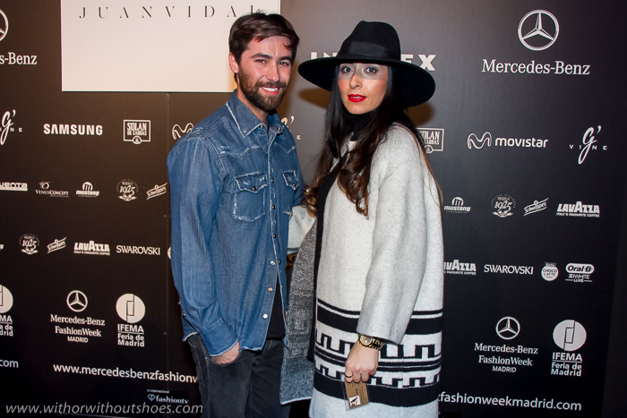 Foto de la blogger valenciana with or without shoes felicitando a Juan Vidal tras su desfile en la Fashion Week