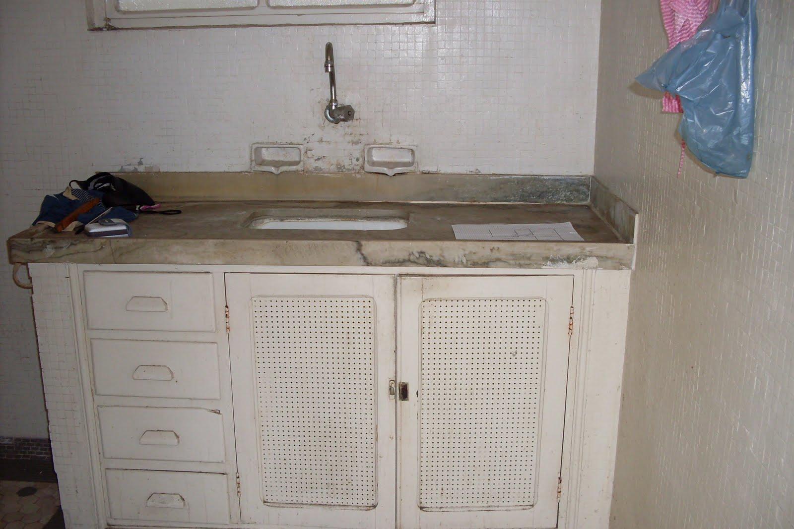 Pia da cozinha. As pastilhas antigas foram pintadas. #4E667D 1600x1067 Banheiro Com Janela Em Cima Da Pia