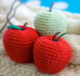 http://translate.google.es/translate?hl=es&sl=en&tl=es&u=http%3A%2F%2Fgreedyforcolour.blogspot.co.nz%2F2013%2F05%2Fhow-to-crochet-apple.html