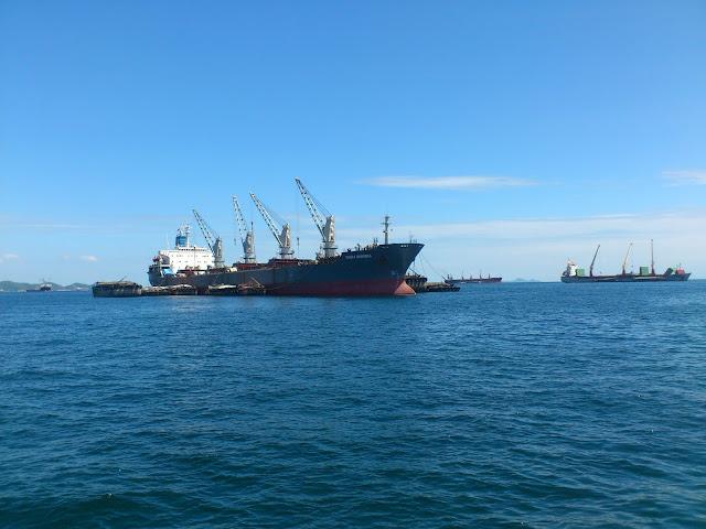 Грузовые корабли в порту Сирача