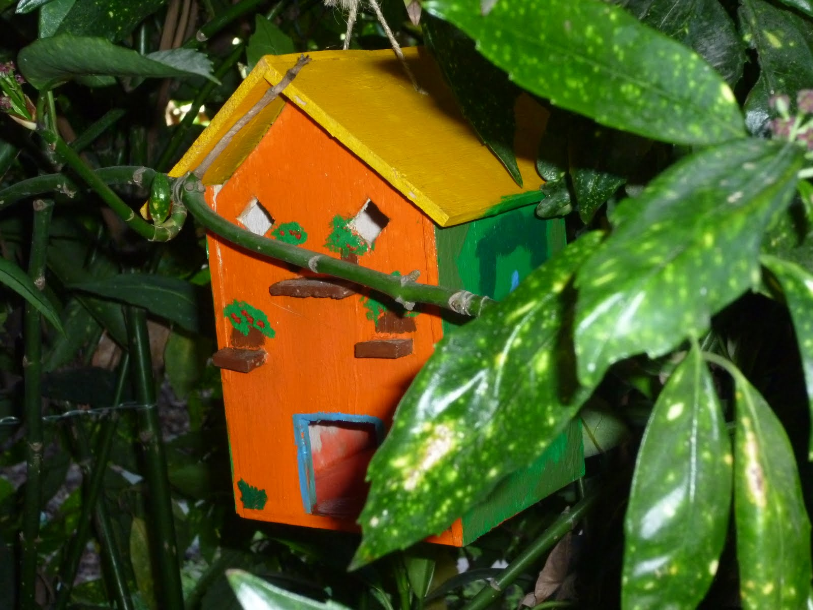 Casitas para pajaros hechas de madera viva la vida for Casitas de metal para jardin