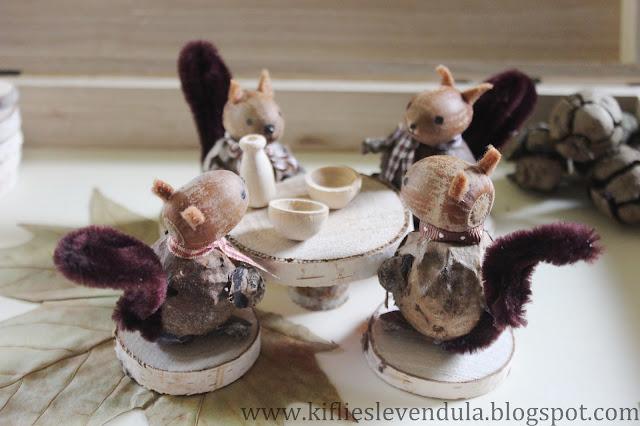 Cuatro ardillitas alrededor de una mesita tomando el té.