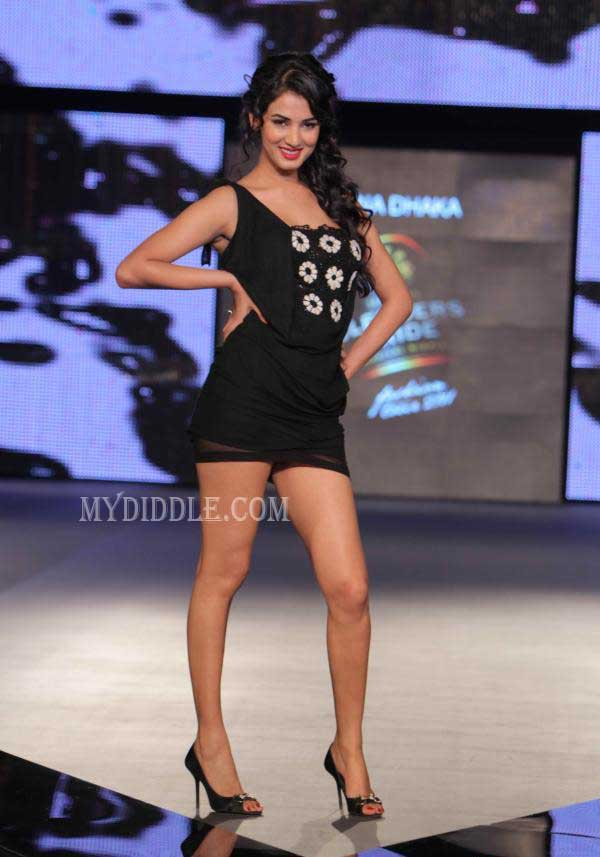 Sonal Chauhan - Sonal Chauhan in Black Dress - Ramp Walk