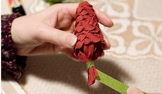 Еловая веточка с шишками из гофрированной бумаги